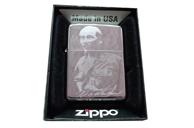 Zippo bong cham 1 mat chan dung Bac ntz040