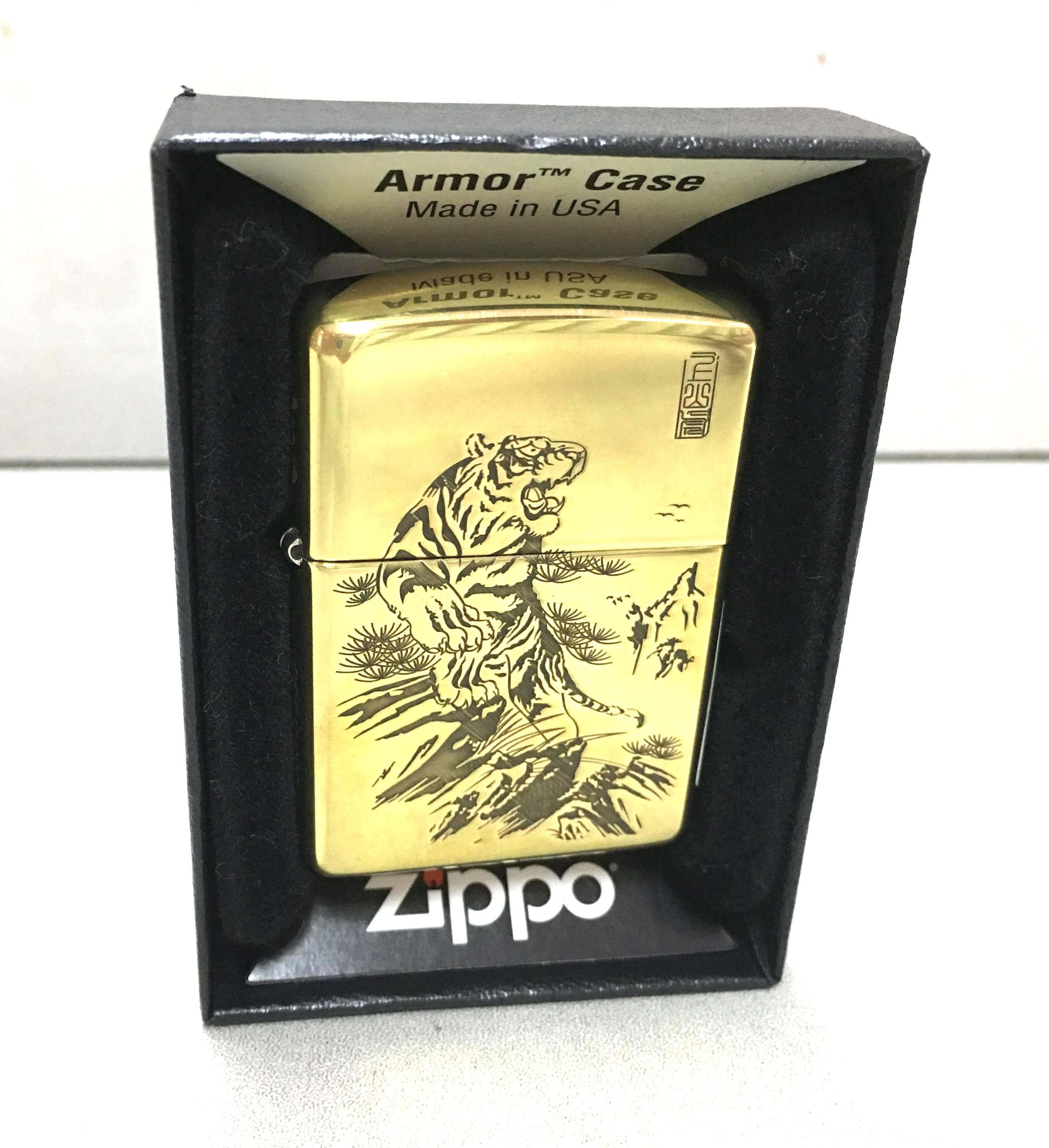 Zippo vang armor khac hinh con ho Z637