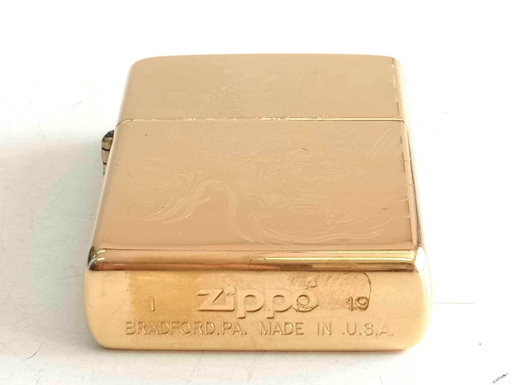 Zippo vang bong khac sau 1 mat hinh ca chep Z773 4