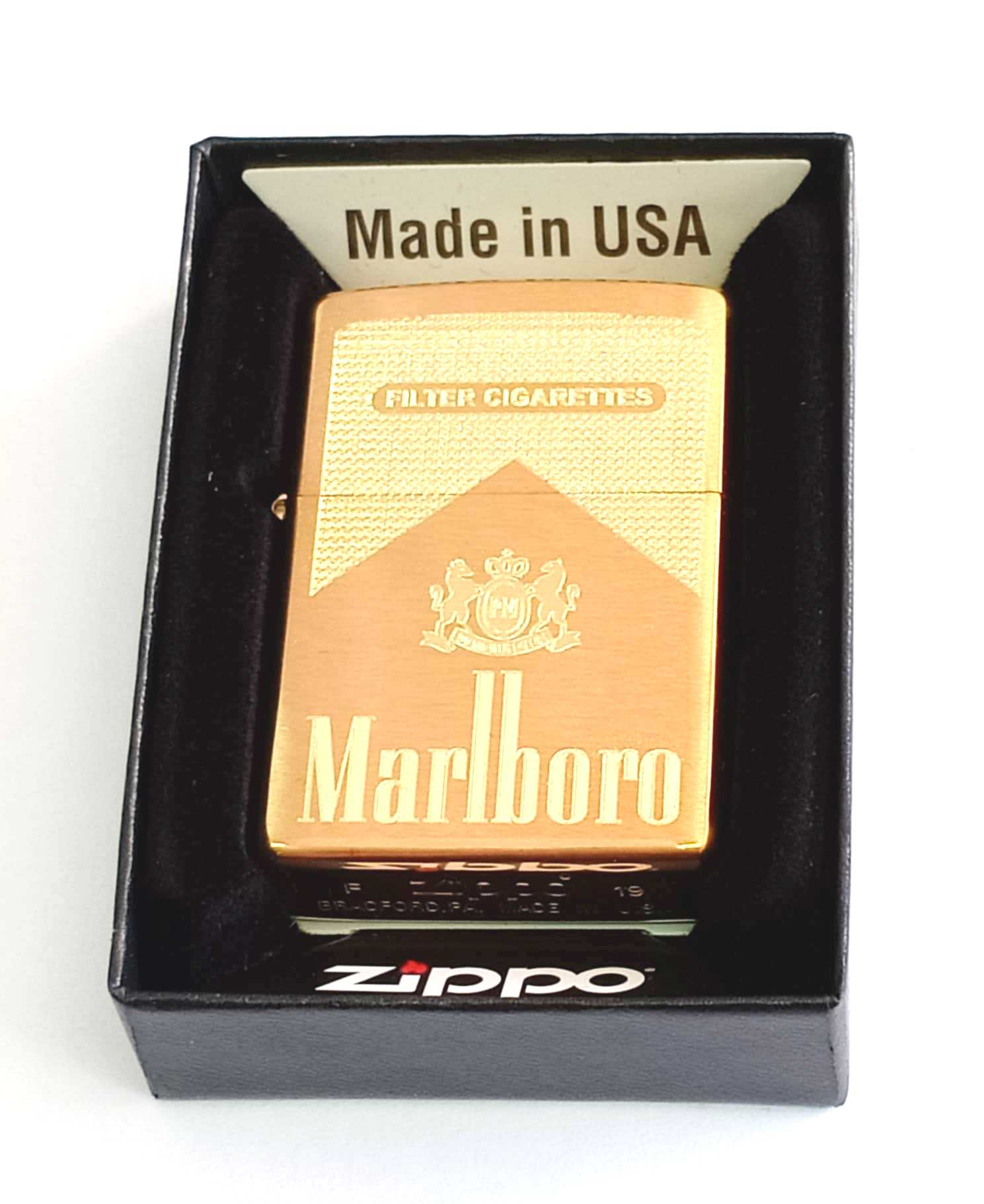 Zippo vang nham khac sau 1 mat Marlboro Z855