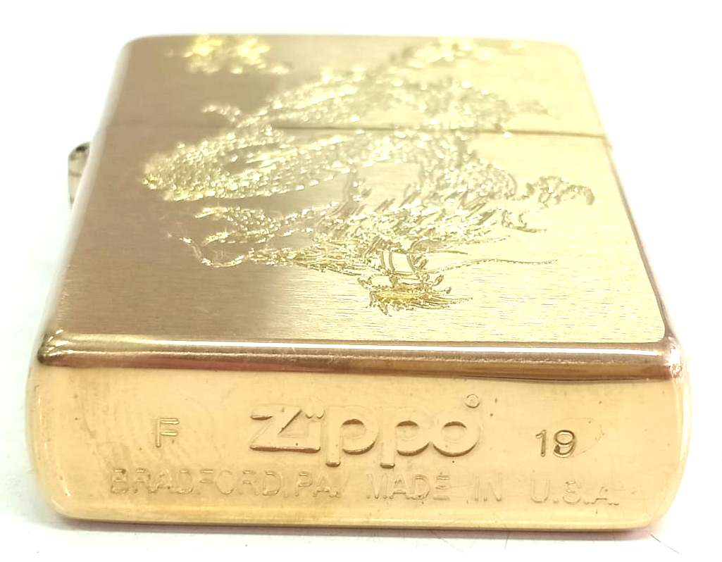 Zippo vang nham khac sau hai mat hinh rong Z669 4
