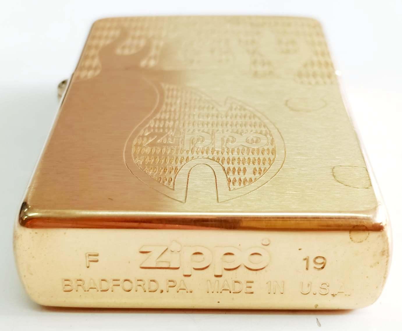 Zippo vang nham khac sau hai mat Z700 3